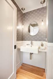 far sembrare una stanza più grande bagno piccolo con punti luce laterali al lavabo