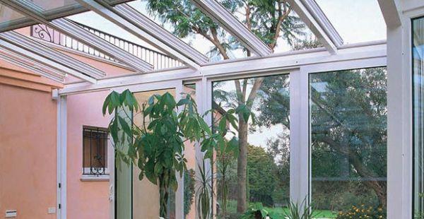 superfici vetrate di una serra solare