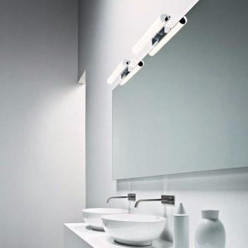bagno accessori e luci lavabo con grande specchio e luci posizionate in alto