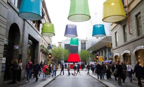 Fuorisalone Milano Design Week, 2016 una strada con enormi lampade colorate appese ai cavi elettrici