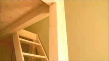 letto matrimoniale a soppalco in legno, particolare montanti di sostegno e scaletta