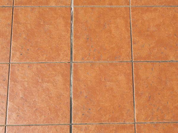 pulire le fughe tra piastrelle in modo natutale