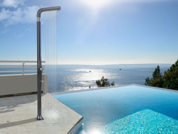 doccia per esterni accanto alla piscina Funny Yang Topline di Arkema Design