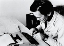 Pasolini con la sua macchina per scrivere lettera 22 di Olivetti
