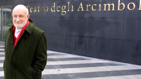 architetto Vittorio Gregotti davanti Teatro Arcimboldi di Milano