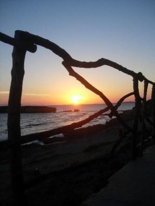 puesta de sol playa santo tomas menorca