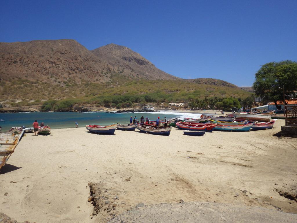 Plage de Tarrafal avec ses superbes barques colorées