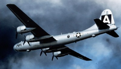 """Le B 29 """"Enola Gay"""" décolle de Tinian"""