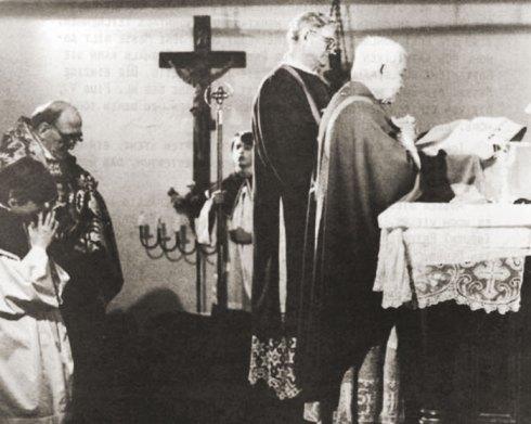 Pierre Martin Ngo-Dinh Thuc célébrant la Messe Pontificale en 1982