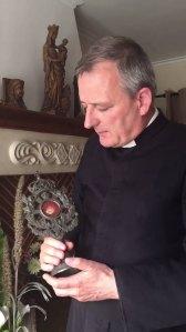 L'abbé Éric Jacqmin explique le miracle de l'hostie sanglante