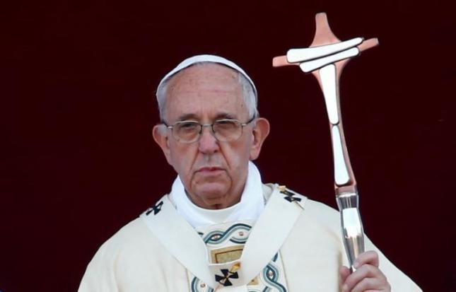 L'antipape François célèbre une pseudo-messe de Corpus Domini devant la basilique de Saint-Jean-de-Latran à Rome.