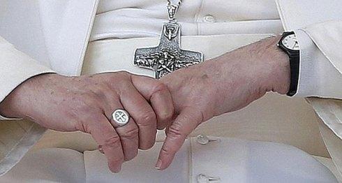 La croix pectorale de François.