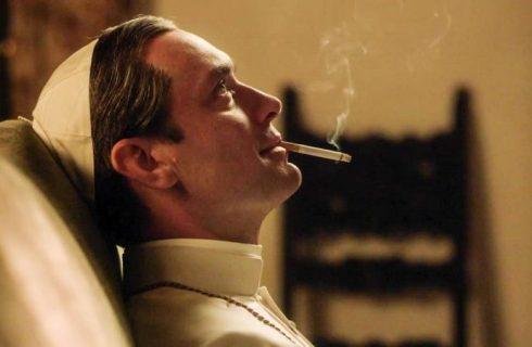Lenny Belardo (interprété par Jude Law) apprécie une cigarette en contemplant la vie…