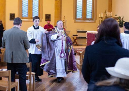 """Monsieur Matthew Goddard déguisé en """"curé"""" de la paroisse St John Fisher"""