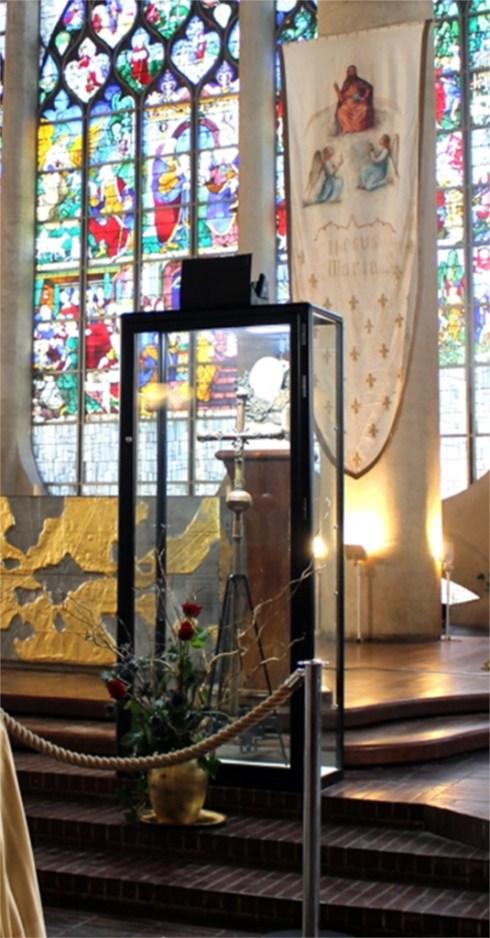 La croix processionnelle de la paroisse Saint-Sauveur embrassée par Jeanne d'Arc sur son bûcher