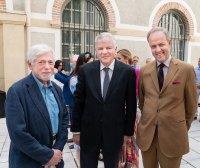 Le Prince (à gauche) avec le sculpteur, Boris Lejeune (à droite), et l'ambassadeur Meshkov (au centre)