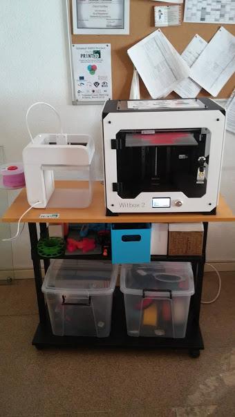 Foto de una mesa con ruedas y sobre ella las dos impresoras.