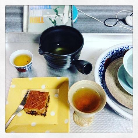 アメのアサ。わちゃわちゃ感が残ってる。片づけ、取り出し、お茶して、楽しむ。ループが続くといいな。おかしは #joyauxda #玉造 の #可笑的花 にて入手。#香駿 の #紅茶 と一緒に。 (Instagram)