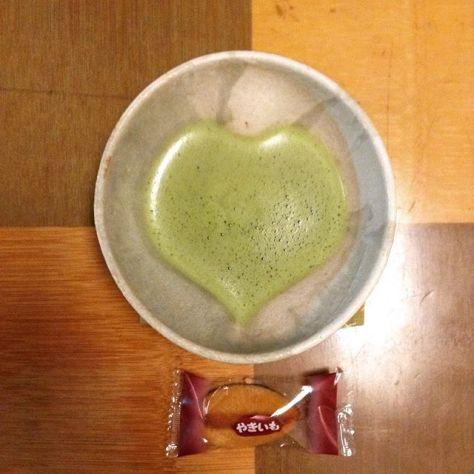 はじめてであれば、気合いを入れるもの。わざわざ茶の間で初めて使うハート抹茶碗。口当たりが他の抹茶碗と違うなぁ♪  #お茶の時間 #ハート抹茶碗 #おいもさん (Instagram)