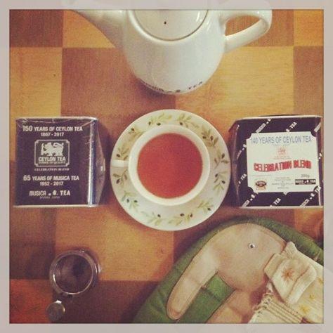 10年前の記念紅茶の缶とその10年後の記念紅茶の缶と。うん、やっぱりハッピーバースデーってのが似合う言葉なんだろうか。開けて飲む時に美味しく入れっ!と気合を入れますかね〜 #セイロンティー #ムジカティー #セレブレーションブレンド (Instagram)