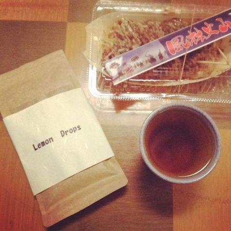 水色(すいしょく)が淡いので、レモンティーのようだねって名付けた和紅茶1種と煎茶2種のオリジナルブレンド茶。お茶で遊ぶ(*^^*) #お茶の時間 #福寿園 #京都本店 #京の茶蔵 (Instagram)