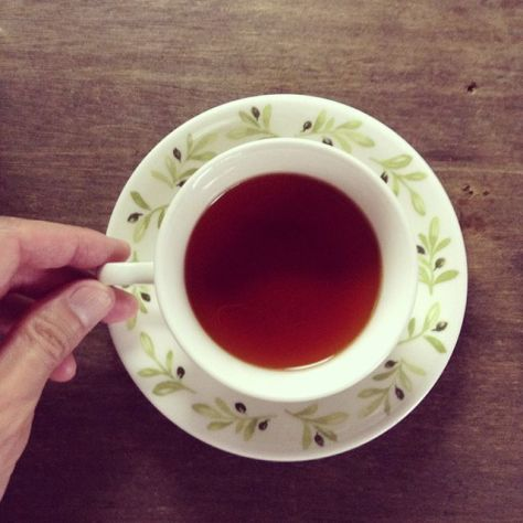 ソーサーで蓋をするとより香りがカップに込められて、朝にパッとする香りを気軽に楽しめる。ボー紅茶、マレーシア、ティーバッグ。 #種ノ箱 #朝茶 #teatime (Instagram)