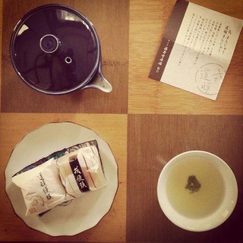 餡は、どっちにします?小倉こし餡と黄味餡。お茶は、どうしよかな〜(^^) #お茶の時間 #饅頭 #和菓子 #おいしい #たのしい (Instagram)