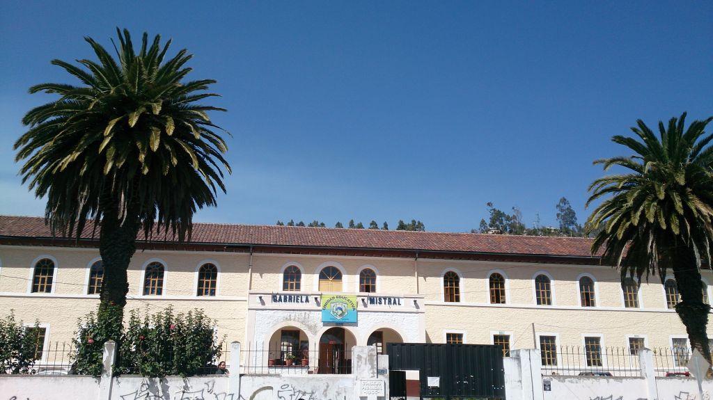 Façade de l'école équotorienne dans laquelle sont scolarisés les enfants