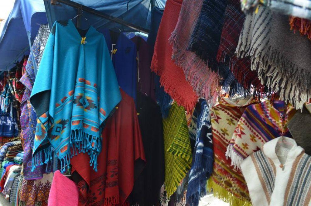 Les ponchos équatoriens sur les marchés de Otavalo