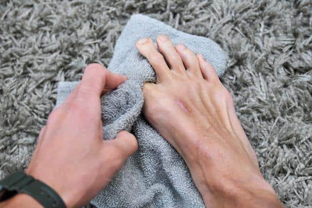 chaussuresonline-beauté-pieds-froid-hiver-serviette-sécher-bienêtre-tendance