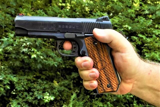 Shooting 1911 handgun