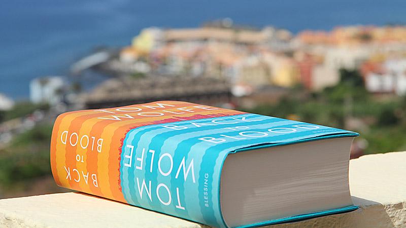 Tom Wolfes Roman Back to Black liegt auf der Terrasse in La Calera