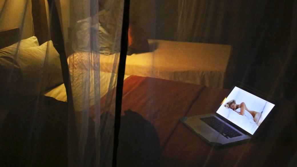 Frau als Wallpaper auf Desktop auf einem Bett
