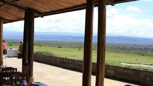Gäste fotografieren sich mit dem hauseigenen Masai