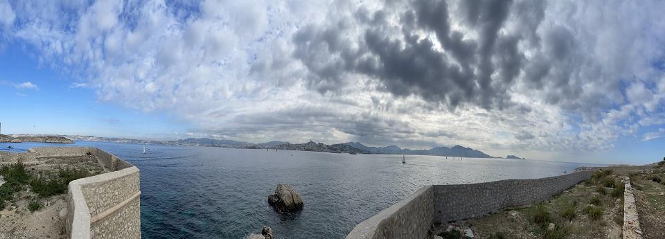 Les toits de Marseille depuis le château d'If, l'île d'If, Bouches-du-Rhône, France