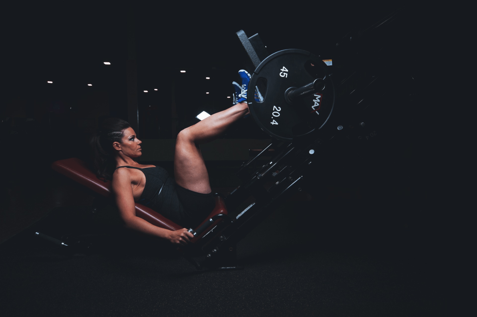 mulher fazendo exercicios para fortalecer as pernas