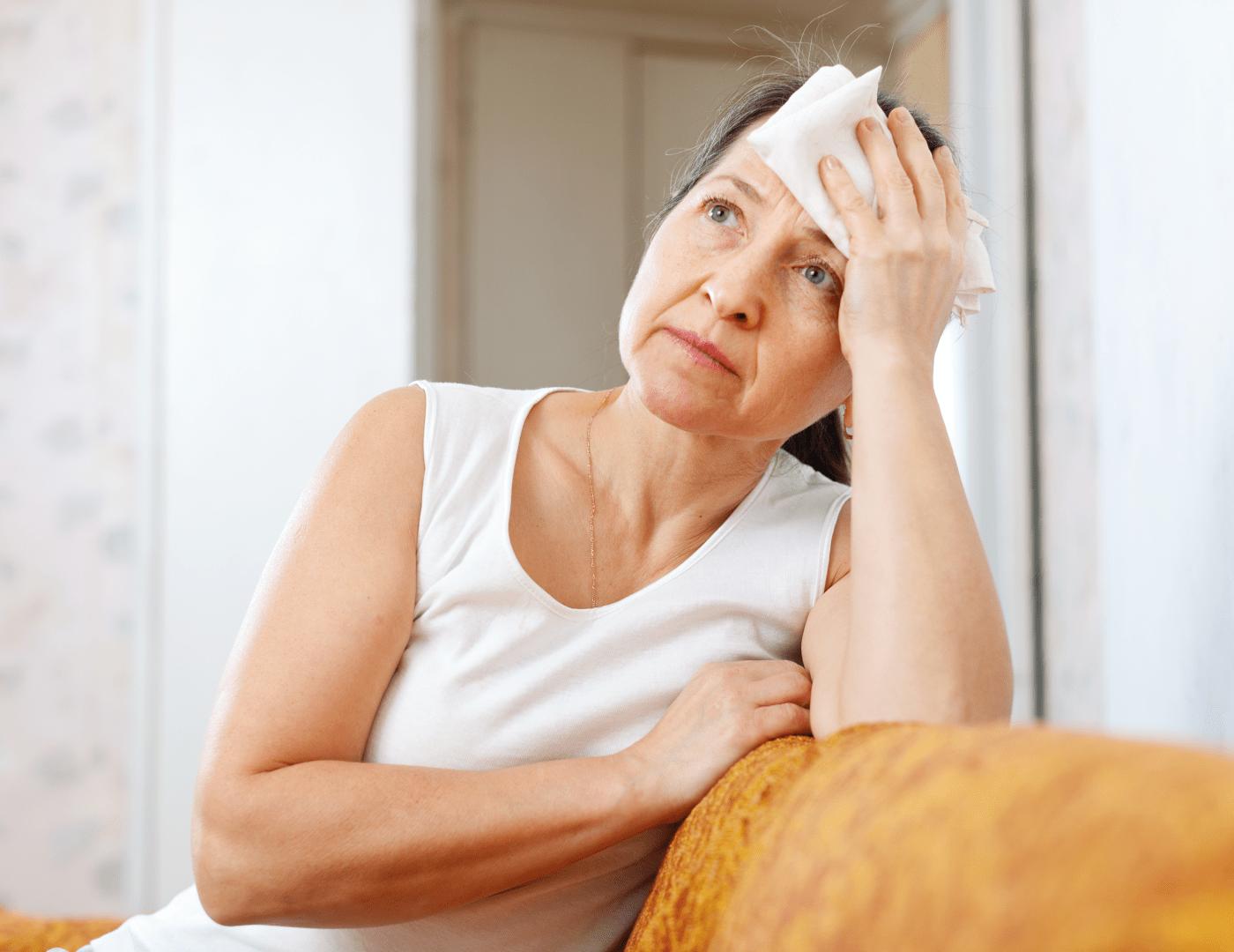 gripe mulher com a mao na testa