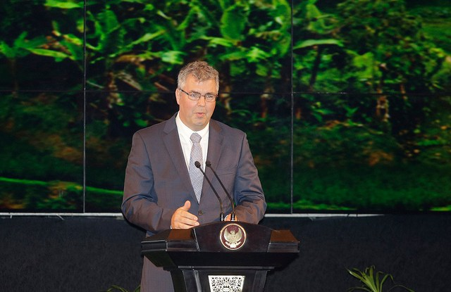Dr. Peter Holmgren discussed the importance of forest landscapes at the Forests Asia Summit in Jakarta.