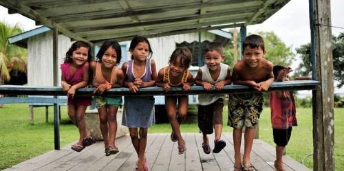 Anak-anak dari komunitas Sao Felix di Amazon Brasil. Berbagai tindakan untuk memastikan manfaat sosial untuk penduduk pedesaan yang terpengaruh oleh inisiatif karbon hutan global masih harus dipilah-pilah. Neil Palmer/foto CIFOR