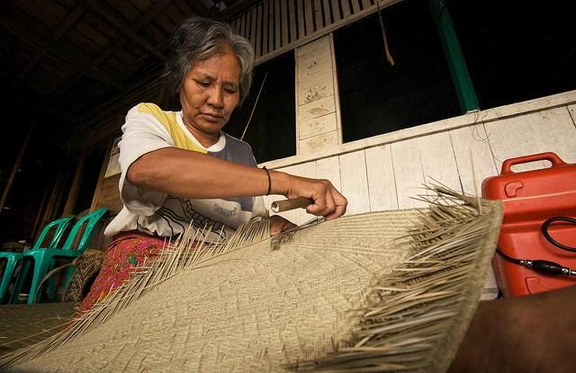 Woman of Pengerak village making a bemban mat. Ramadian Bachtiar / CIFOR