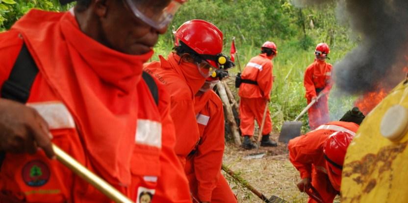 Firefighters practice fighting the peatland fires releasing vast amounts of carbon in Indonesia. Eko Prianto/CIFOR