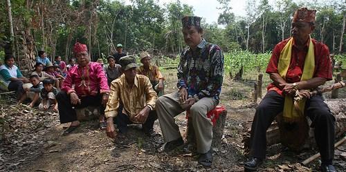 Para tetua adat di Kalimantan Tengah. Kepercayaan untuk tidak merambah suatu daerah karena aturan nenek moyang seringkali efektif mencegah kerusakan lingkungan.