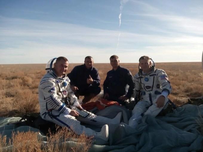 Алексей Овчинин и астронавт NASA Ник Хейг после аварийного приземления под присмотром спасателей.