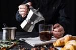 Prepara un delicioso espresso con una cafetera italiana