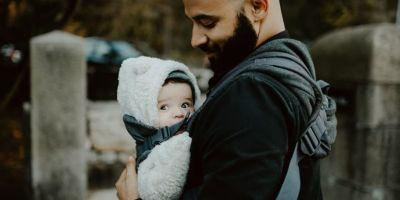 Recomendaciones para cargar al bebé en canguro