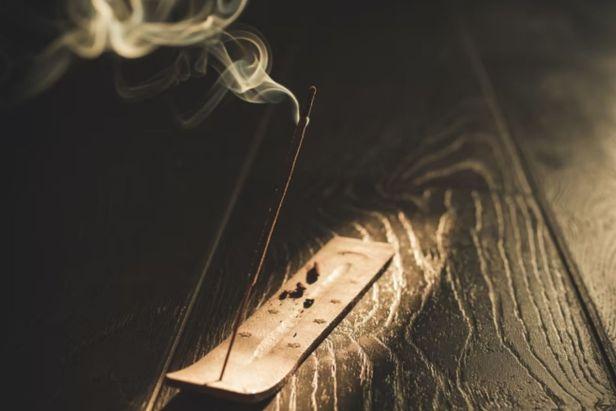 porta incienso en mesa de madera - Claro Shop
