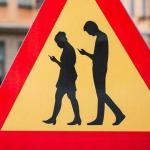 """Nou semn de circulatie """"Atentie la pietonii care se uita la telefon"""""""
