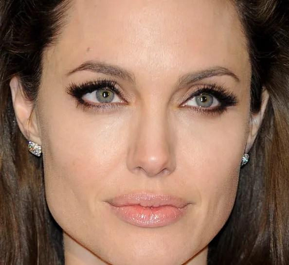 labbra nude e lucide per Angelina che non ha certo bisogno di essere ripresa, in fatto di makeup... è sempre tremendamente stupenda! :D