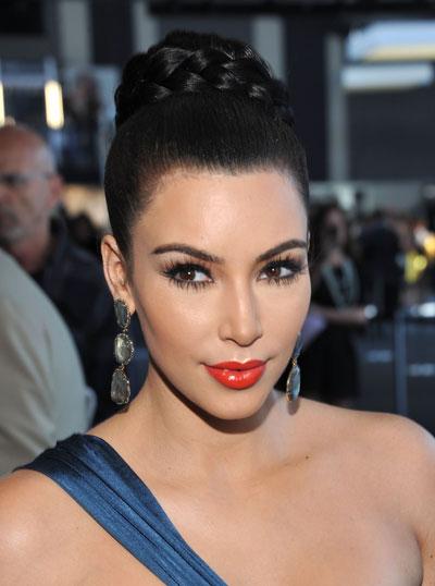 0914-kim-kardashian-red-lips-fashion-week_bd