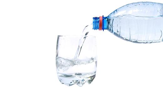 acqua-bottiglia-bicchiera-versare520
